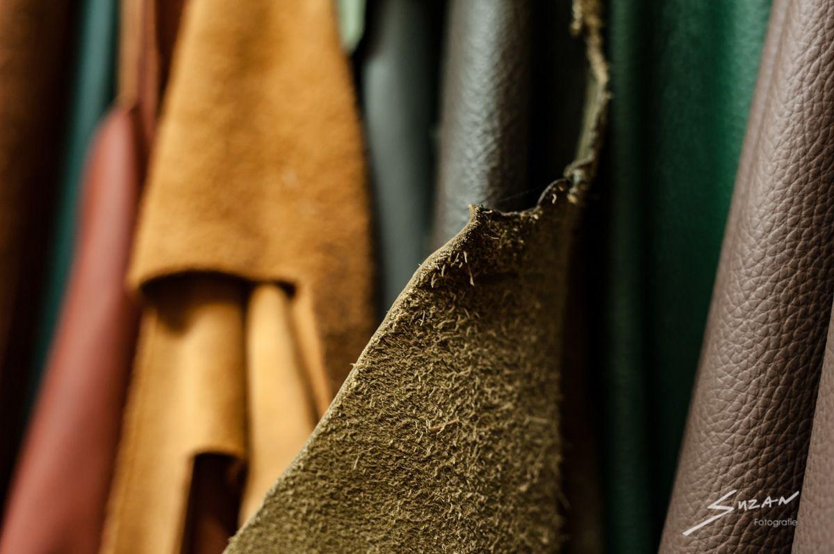 Suzan Fotografie bedrijfsfotografie op locatie bij Stoffeerderij Brouwer, projectfotografie en productfotografie van leder en stoffen. Alle werkzaamheden zijn vastgelegd.